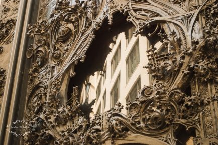 I have always admired the metal work on this Macy's building (formerly Marshal Fields)..